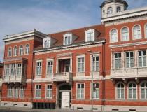 Fassade mit Gesimsen, Profilierungen und Schmuckwerk